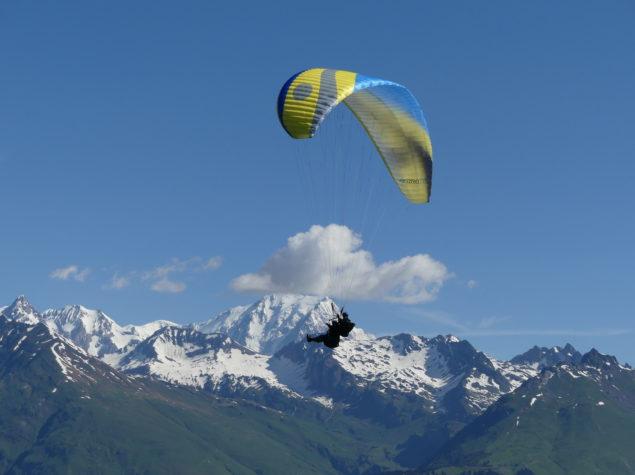 Parapente face au Mont Blanc